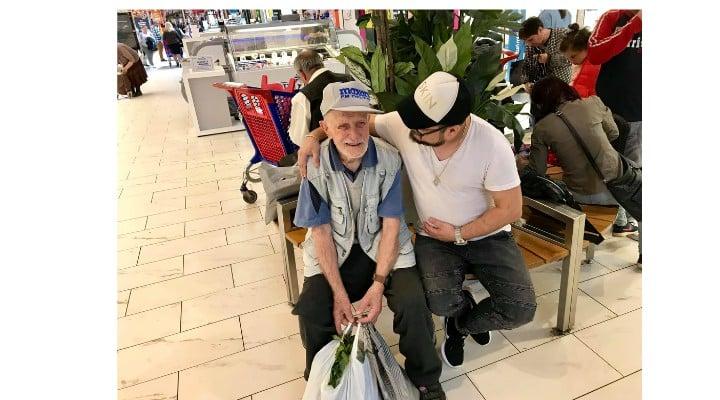 """Omenie. Giani: """"Carrefour. L-am urmărit printre rafturile de legume pe bătrânelul din imagini... Nimeni nu-l băga în seamă. Mi s-a rupt inima. L-am abordat respectuos, întrebându-l dacă îmi permite să îi umplu coșul de cumpărături, pe cheltuiala mea. La început a..."""" 2"""