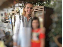 """Adelin Petrisor: """"Smaranda (9 ani) e foarte bucuroasa. A reușit sa facă o fotografie cu Simona Halep, un lucru pe care-l dorea cu ardoare de multa vreme. Cum nu am fost de fata, am încercat sa aflu amănunte.  - Te-ai dus tu la Simona sau a rugat-o Maria? - Eu m-am dus, mi-a răspuns Smaranda scurt.  - Si ce i-ai zis?"""" 4"""