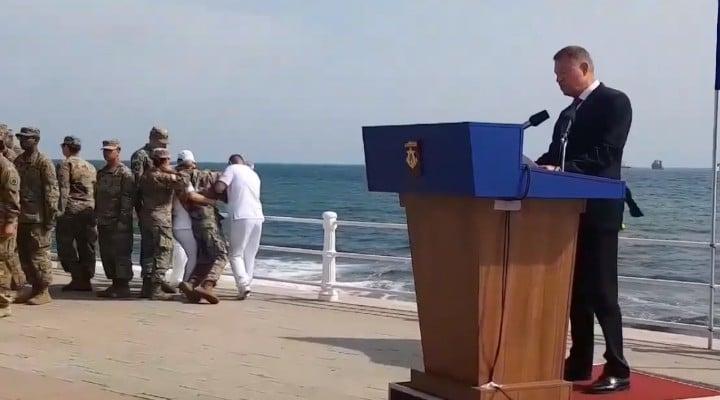 """(Video) Klaus Iohannis fără reacție după ce un militar american a leșinat lângă el. Madalin Hodor: """"O spun din nou. Iohannis nu are empatie. Nu este conectat la societate, nu înțelege nevoile acesteia....Omul nu poate. E organic. Face mecanic si fără tragere de inima aproape totul. Cu o sila si o graba care spun..."""" 1"""
