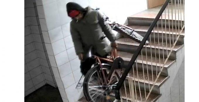 """Un hoț a furat două biciclete, din același bloc. Cristian: """"Crezi că bicicleta noastră o să te îmbogățească? E românească, făcută la Deva, nu e scumpă. Dar era a noastră, hoțule! Și să știi că ..."""" 3"""