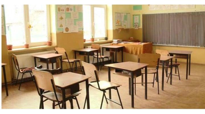 """Școlile din România, periculoase? Ioana Turcu: """"Un copil moare înecat în fosa septică a unei grădinițe. O elevă moare de meningită bacteriană. Școala se închide. O profesoară este înjunghiată de un elev și școala ..."""" 1"""