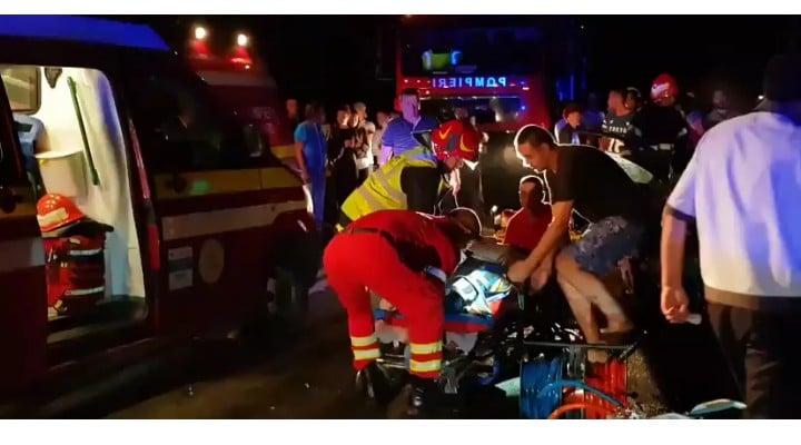 (Foto) Update. Accident ca-n filme: două mașini s-au tamponat pe DN 17, una a zburat pe linia ferată  și a fost lovită de locomotiva unui tren accelerat. 4 persoane rănite 7