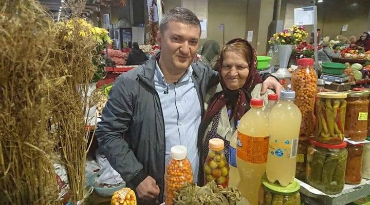 """Jurnalistul Dorin Chiotea: """"De 36 de ani, Elena Gătej, din comuna Văcărești se trezește zi de zi la 02.30 pentru a ajunge la clienții dansei. Soțul ei cultivă legume pe o jumătate de hectar (""""muncim până uităm de dureri""""), pe care femeia le cară cu cârca, câte două sacoșe grele de 25 kg, pe trenul ..."""" 1"""