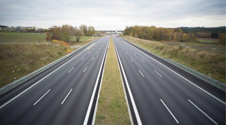 """Adelin Petrisor: """"Doamna Rovana Plumb a promis ca anul acesta se vor da în folosință 180 de km autostrada... Mă tem că nu vom avea noi bani de benzină cât să mergem pe toate autostrăzile doamnei Plumb. Cum știu că ..."""" 1"""