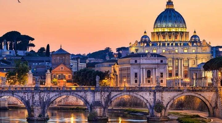 """Hari Bucur-Marcu: """"Acum 22 de ani locuiam la Roma, Italia, Europa.  de vreo nouă ani nu mai merg ... Pentru că România ultimului deceniu este o Românie de jenă. Iar în ultimul an și jumătate a devenit o Românie de rușine. Cu care nu mai poți ieși în lumea civilizată. Decât dacă nu îți pasă de ea, de România..."""" 1"""