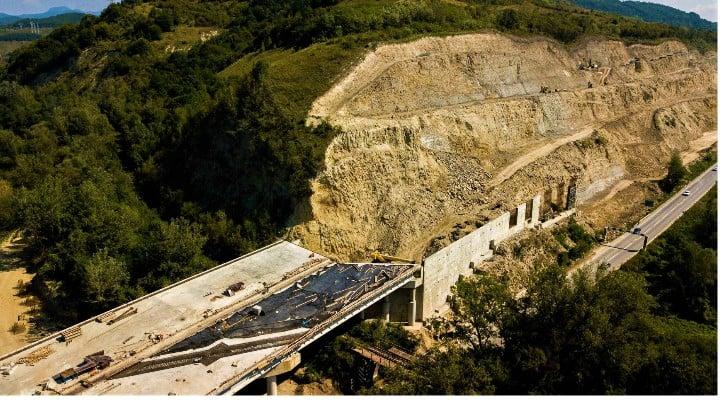 """(Foto) Imagini aeriene deosebit de spectaculoase - zona celebrului deal """"al liliecilor"""" de pe Autostrada A1 1"""