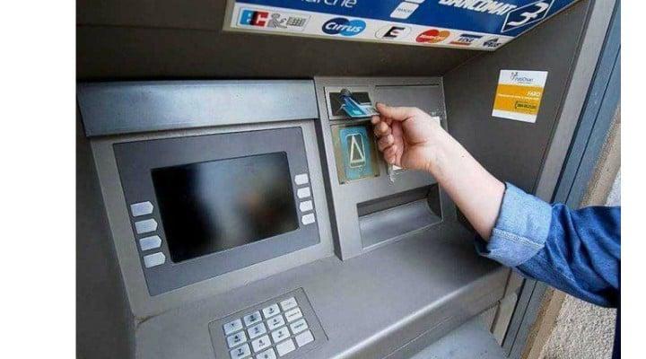Bancomat defect, bani gratis pentru un paznic din România. Bancnotele ieşeau singure, fără card, prin spatele aparatului. Câți bani a luat în 3 luni 1