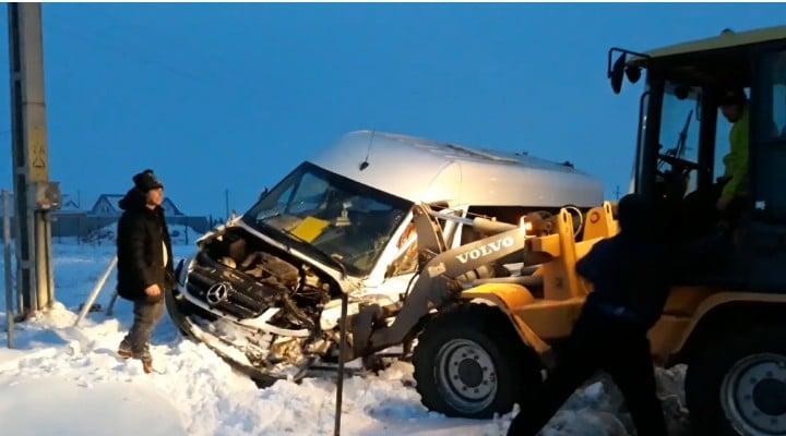 (Video) Acident grav! 9 răniți după ce un șofer de microbuz a pus frână brusc 1