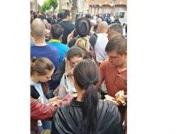 """(Foto) Viață de român la vot în Diaspora. Ciprian Mihali: """"Mâncăm ce apucăm, magazinele din preajma ambasadei s-au golit, oamenii împart cu cei din preajma lor apă, fructe, biscuiți. Picioarele ne ustură îngrozitor, dar nu ne lăsăm. Doar bateriile la telefon cedează. Oamenii aceștia ..."""" 29"""