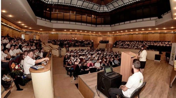 Record pentru o școală din România. Peste 200 de absolvenți au fost deja angați iar de luna viitoare vor primi salarii 4