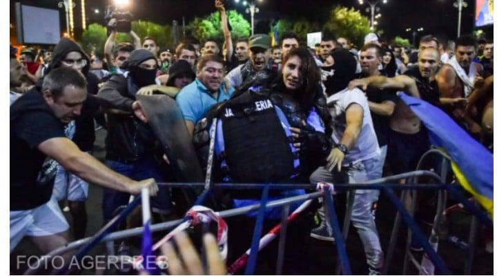 """Primele arestări în cazul femeii jandarm.Cristina Topescu: """"Am nimerit iar peste imaginile cu femeia jandarm lovita cu salbaticie de nemernicii aia. De cate ori le vad, ma sufoc de revolta si dispret. Nu ma mai pot uita!!!"""" 1"""