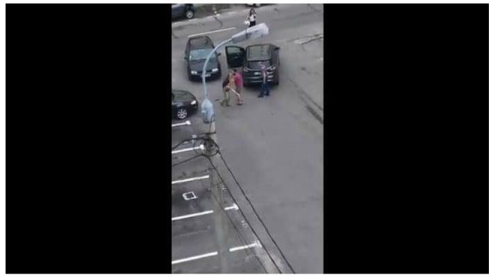 Ce a păţit bărbatul din România care a distrus mașina unui vecin cu un semn de circulație 1