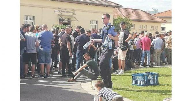 """Ce diferența! Emanuel Ungureanu: """"Nu vom uita niciodată gazarea de la 10 august și umilirea românilor din Diaspora de ieri! Imaginile cu polițiștii germani care împart apă fraților noștri, au fost surprinse de Ciprian Dâmbean, unul dintre miile de români călcați în picioare de ..."""" 3"""