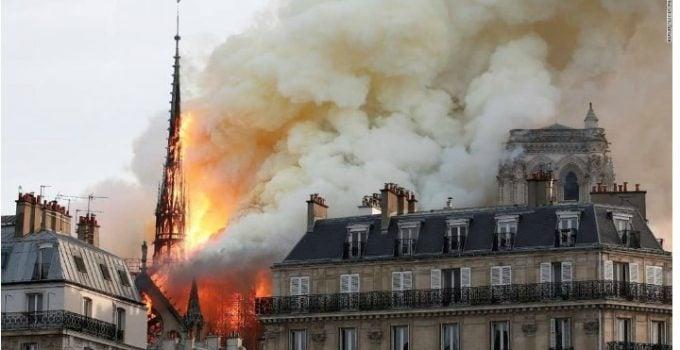 """(Foto) Paula Rusu: """"Un foc urias care insa nu a ars inima catedralei. Amvonul de lemn din mijlocul catedralei e intact.Roza, vitraliul urias de pe fatada e la locul ei. Inteleg ca orga a scapat si ea de flacari. Coroana cu spini si un piron din ..."""" 5"""