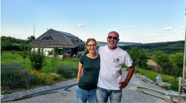 (Video) Prima casă din România cu pereţi umpluţi cu un material ecologic compus din cânepă, amestecată cu var şi apă. Oana și Cătălin au renunțat la slujbele bine plătite la mari corporații din București și  au decis să plece la țară 1