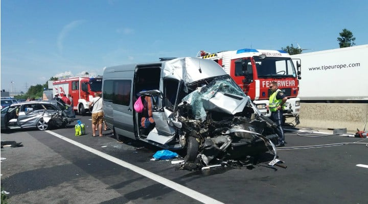 Foto Accident. Români răniți grav în Austria! Un microbuz şi autoturism înmatriculate în România s-au lovit de un camion 5