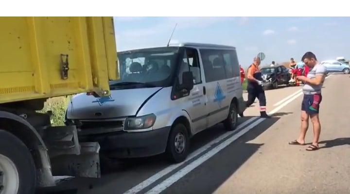 Foto Accident. Oameni întinși pe câmp după ce un șofer de TIR a oprit brusc pe șosea, pe DN 38 7