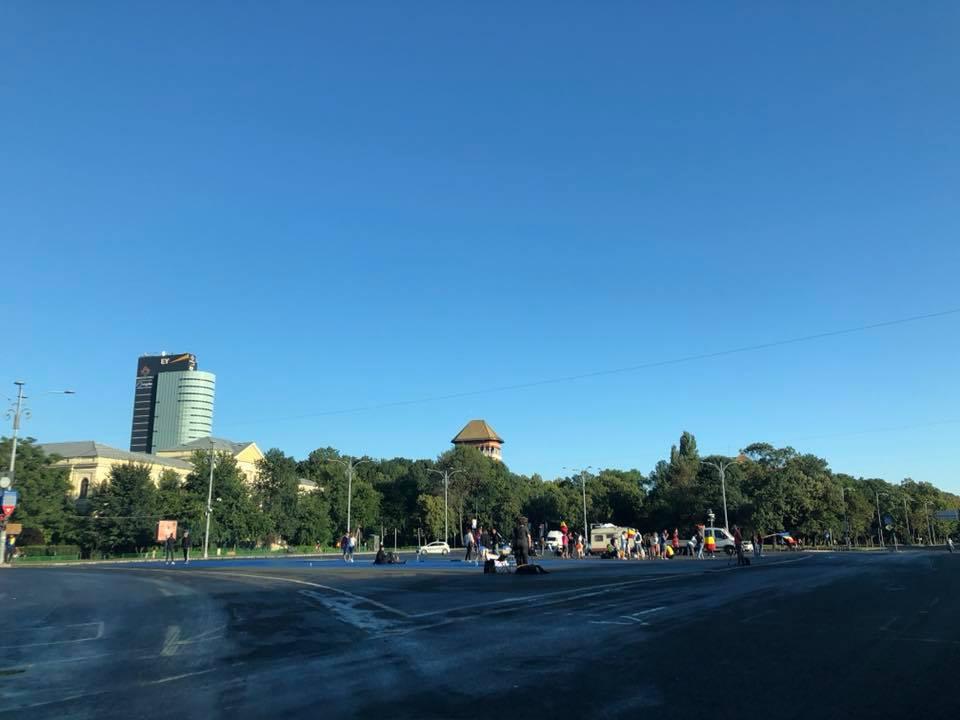 """(Foto) Cum este acum în Piața Victoriei, oamenii se strâng din nou pentru protest. Andrei Crivăț: """" Mirosul de gaz persistă, pe latura aia cu Mega plângi de-ți blestemi guvernanții, nu alta...."""" 3"""