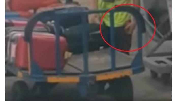 (Video) Cum se fură din bagaje pe aeroport. Imagini filmate de un pasager Ryanair 1