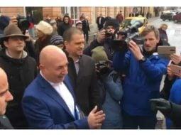 (Video) Huiduiți! Codrin Ştefănescu și Eugen Nicolicea au fost huiduiți și înjurați în faţa sediului PSD Sibiu. La greu 30