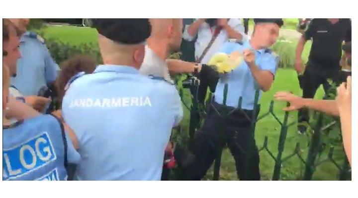 (Video) Update. Momentul în care un jandarm i-a smuls bidonul cu benzină protestatarului Cristian Dide. Acesta amenința că-și dă foc la Guvernrdul Guvernului 4