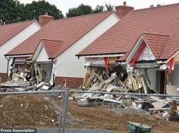 Românul din Marea Britanie care a distrus case de 800,000 de lire sterline bucata pledează vinovat. Martorii spun că râdea și făcea poze când le distrugea 36