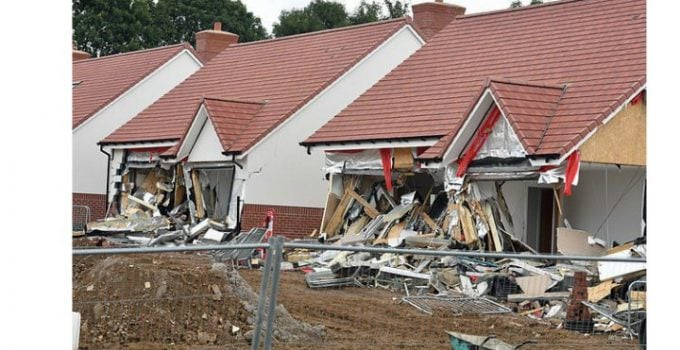 Românul din Marea Britanie care a distrus case de 800,000 de lire sterline bucata pledează vinovat. Martorii spun că râdea și făcea poze când le distrugea 20